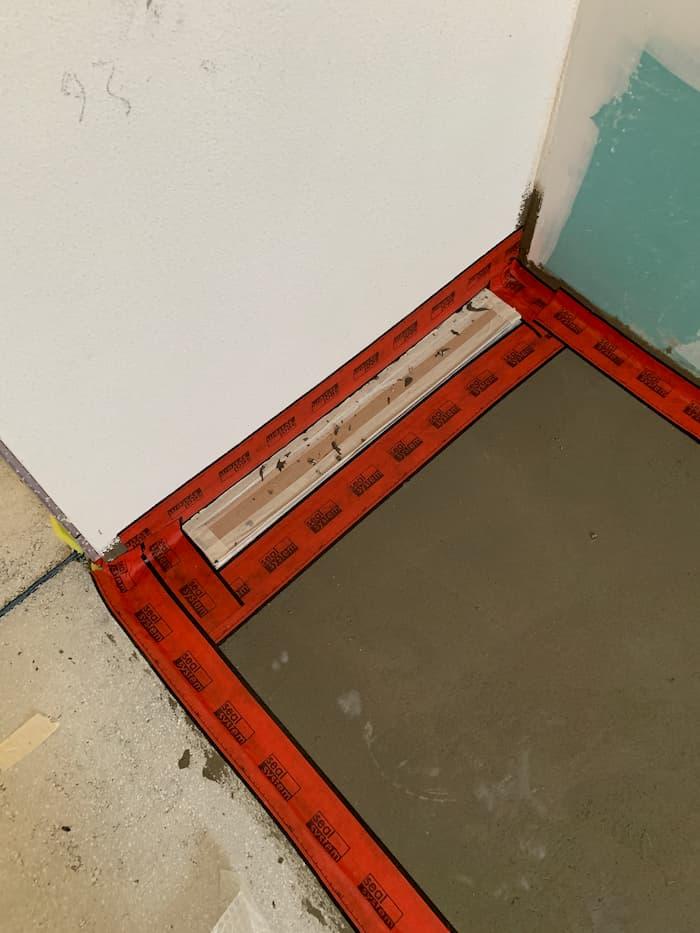 impianti bagno posa guaine con canalina per doccia a filo
